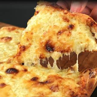 6種類のチーズがのった本格薄焼きピザ